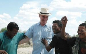 El Sr. Bennett junto a los bosquimanos después de su histórica victoria legal en 2006. El Gobierno de Botsuana le impide ahora su entrada al país. © Survival