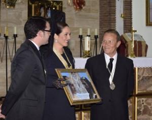 Virgina Casares, Presidenta, recibiendo el hermanamiento por parte de Marcos Ruperez, Hermano Mayor del Calvario