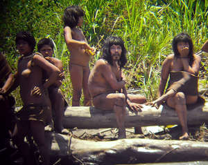 Se especula que los indígenas mahsco-piros de Perú están saliendo del aislamiento como consecuencia de la presión que ejercen los madereros ilegales en su territorio. © Diego Cortijo/www.indigenasaislados.org